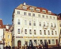 Das Herz Tallinns: Restaurierte Altstadthäuser auf dem Rathausmarkt..jpeg