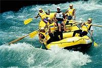 Kick im Wasser: Rafting in den Alpen.