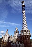 Dächer im Park Güell: Fantasie und prächtiger Farbenschmuck zeichnen die Architektur Gaudís aus.