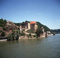 Idyllische Landschaft an der Donau: die Veste Unterhaus in Passau
