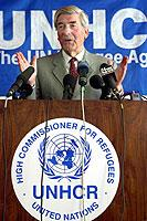 """Der """"Hochkommissar"""" für Flüchtlingsangelegenheiten der UN, der Niederländer Ruud Lubbers, bei einer Pressekonferenz in der afghanischen Hauptstadt Kabul im April 2002"""
