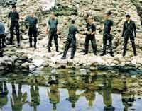 1997 am Oderdeich: Tausende von Bundeswehrsoldaten sind Tag und Nacht im Einsatz, um den Oderdeich zu sichern.