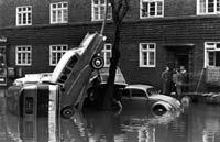 19.02.1962 / Hamburg: Die zurückweichenden Wassermassen lassen das Ausmaß der Flutkatastrophe erkennen