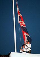 Das Ende einer Ära: Polizeibeamte holen am 28.6.1997 die britische Flagge in Hongkong ein.