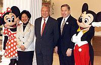 Milliardeninvestition in Tourismusbranche: Der Hongkonger Regierungschef Tun Chee-Hwa (m) – hier mit seiner Stellvertreterin Anson Chan (2.v.l.), Walt-Disney-Vorstandsmitglied Judson Green (4.v.l.) sowie den beiden Disney-Stars Mickey und Minnie Mouse – kündigte im November 1999 den Bau eines Disneyland-Parks an.