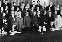 Im Dezember 1984 unterzeichneten die britische Premierministerin Margaret Thatcher (l) und Chinas Regierungschef Zhao Ziyang in Peking die Vereinbarung, dass Hongkong am 1.7.1997 unter die Souveränität Chinas gestellt wird.