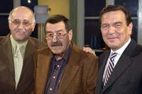 """""""Gipfeltreffen"""" zwischen Politik und Literatur: Bundeskanzler Gerhard Schröder (r), der Schriftsteller Günter Grass (M) und Moderator Alfred Biolek nach der Aufzeichnung von """"Boulevard Bio"""" am 4.6.2002 in Köln"""