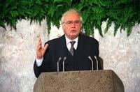 Martin Walser spricht nach Entgegennahme des Friedenspreises des Deutschen Buchhandels am 11.10.1998 in Frankfurt.