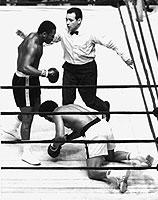 Gemäß den Ende des 19. Jahrhunderts eingeführten Queensberry-Regeln erkennt der Ringrichter nach zehn Sekunden Kampfunfähigkeit auf K.o. (Bild: Kampf Joe Frazier (l.) gegen Jimmy Ellis in New York 1970).