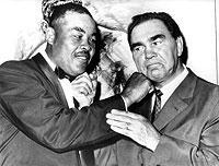 Joe Louis (l.) und Max Schmeling bei einem Wiedersehen 1960 in New York. Schmeling war am 12. Juni 1930 durch einen Disqualifikations-Sieg nach einem Tiefschlag von Jack Sharkey Weltmeister im Schwergewicht geworden.