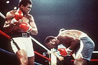 """""""Dem Tod begegnet"""": Am 30.9.1975 lieferten sich Muhammad Ali (l.) und Joe Frazier unter extremen Klimabedingungen in Manila den wohl schwersten Kampf ihrer Box-Karrieren."""