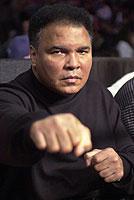 Muhammad Ali, mittlerweile von den Symptomen der Parkinsonschen Krankheit gezeichnet, hat in seiner aktiven Zeit Millionen Menschen für den Boxsport begeistert (Bild vom 20.10.2000)