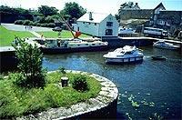 Problemlos zu navigieren: Hausboot an einer Schleuse. (© Tourism Ireland).jpeg