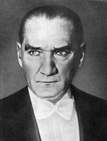 Mustafa Kemal Pascha, der den ehrenvollen Beinamen Kemal Atatürk (Vater der Türken) erhielt, gründete die moderne türkische Republik.