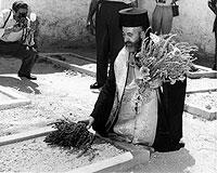 Zyperns Staatspräsident Erzbischof Makarios legt nach seiner Wahl 1960 an den Gräbern der EOKA-Widerstandskämpfer in Nikosia Blumen nieder.