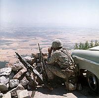Ein türkischer Soldat beobachtet während der Zypernkrise 1974 von einer Höhe aus den Nordteil der Insel.
