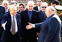Der griechisch-zyprische Präsident Glafkos Klerides (l.) traf am 16.1.2002 mit dem türkischen Volksgruppenführer Rauf Denktasch (r.) in Nikosia zusammen.