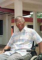 """""""Kräftige und subtile Stimme Afrikas"""": Der nigerianische Autor Chinua Achebe erhält am 13. Oktober 2002 den Friedenspreis des Deutschen Buchhandels."""
