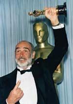 """Sean Connery freut sich über seinen Oscar für """"Die Unbestechlichen"""""""