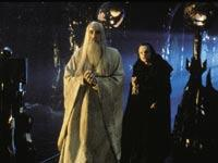 Saruman (Christopher Lee, links) und Schlangenzunge (Brad Dourif); © Warner Bros