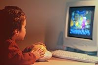 Bereits Kinder im Grundschulalter können sich für Computer mit kindgerechter Software begeistern.