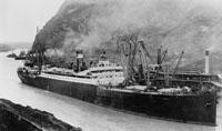 Die S.S. Ancon fährt als erstes Schiff durch den Panamakanal.jpeg