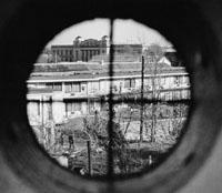 Blick auf den Tatort seiner Ermordung durch ein Zielfernrohr.jpeg
