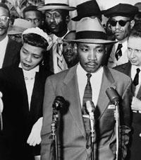 Martin Luther King mit seiner Frau Coretta vor dem Gerichtsgebäude von Montgome