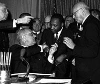 Martin Luther King mit Präsident Johnson.jpeg