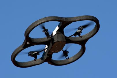 Handelsüblicher Quadrocopter im Flug.