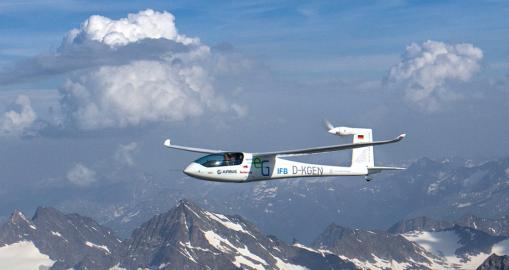 Das Stuttgarter Elektro-Flugzeug E-Genius auf seinem Flug über die Alpen.