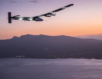 Das solarbetriebene Elektro-Flugzeug Solar Impulse 2 bei der Landung auf Hawaii.