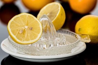 Zitronenpresse mit aufschnittener Zitrone