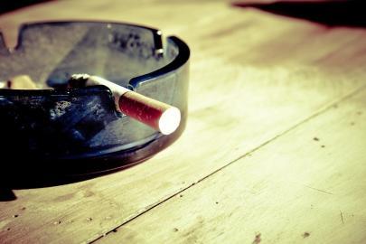 Aschenbecher mit glimmender Zigarette