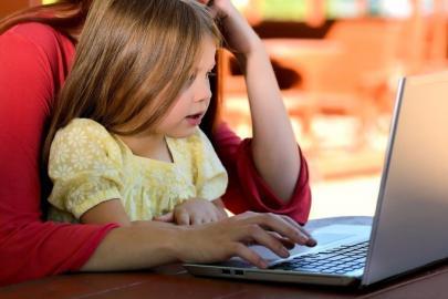 Mutter und Tochter vor Laptop