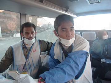Yoh Kawano und Arfakhashad Munaim in einem Fahrzeug in der Sperrzone von Fokushima