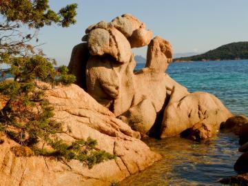 Typische Felsformationen aus sardischem Granit an der Küste der Gallura.