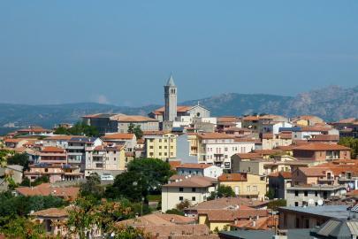 Blick auf Tempio Pausania, das historische Zentrum der sardischen Gallura.