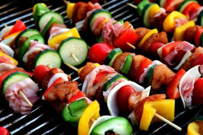 Grilll mit Fleisch und Gemüse am Spieß