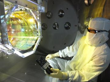 Techniker an Spiegel des LIGO Gravitationswellen-Detektors