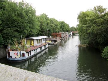 Hamburger Hausboote auf dem Eilbekkanal östlich der Richardstraßenbrücke