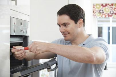 Schäden und Reparaturen an Einbauküchen