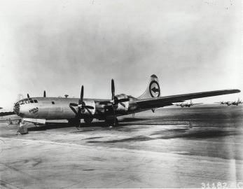 Der US-Bomber Enola Gay vor dem Abflug nach Hiroshima.