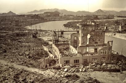 Das heutige Friedensdenkmal von Hirishima inmitten der Zerstörung nach der Atombombenexplosion.