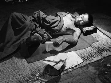 Ein Opfer der Atombombenexplosion in einem Behelfskrankenhaus im September 1945.