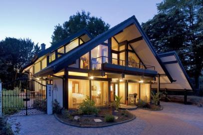 Modernes Wohnhaus mit angeschalteter Beleuchtung