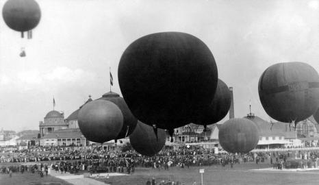 Freiballonaufstiege sind die Sensation auf der Internationalen Luftschifffahrt Ausstellung (ILA) 1909