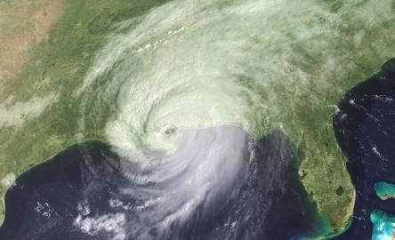Satellitenaufnahme des Hurrikans Katrina während des Landfalls an der Golfküste