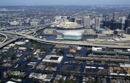 Der beschädigte Superdome inmitten des überfluteten New Orleans