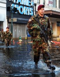 US-Soldaten der 82. Luftlandedivision patrouillieren in den Straßen von New Orleans